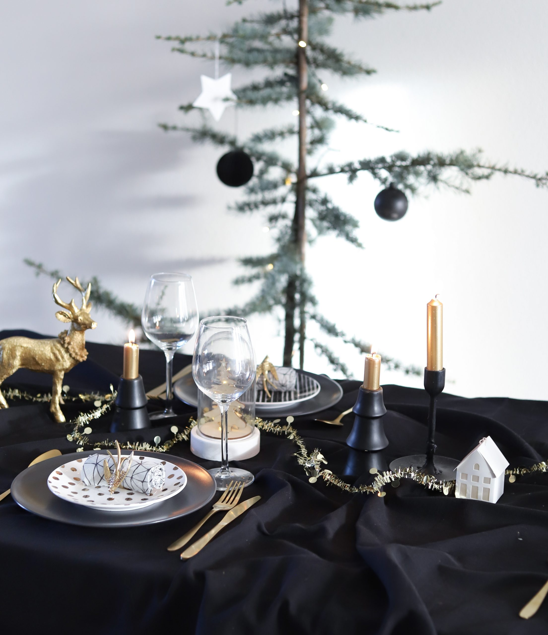 Kersttafel dekken in thema Black and Gold